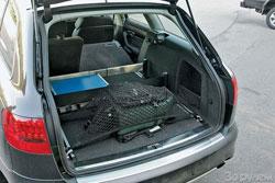В «Ауди» предусмотрены разнообразные способы уберечь поклажу от полетов по багажнику.