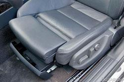 Кресла немецкой машины – безоговорочный эталон по всем статьям, кроме удобства посадки.