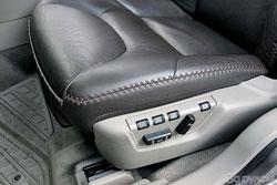 Украшают сиденья «Вольво» не только размашистые стежки, но и память на трех водителей.