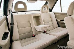 Заднее сиденье – мягкое, комфортное, с подголовниками и подлокотником – располагает к дальним поездкам.