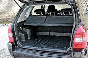 Пол багажника «Туссана» поднят из-за спрятанной запаски.