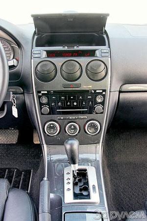 Центральная консоль содержит все необходимое. Но климат-контроль – однозонный, а шестидисковый чейнджер не умеет читать MP3.