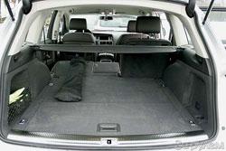 Производитель утверждает, что без третьего ряда сидений объем багажника составляет 775 л – рекорд для этого класса. А если оставить только передние кресла, грузовой отсек вырастет до 2035 л.