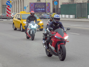 Московские мотоциклисты попросили разрешения ездить по выделенным полосам