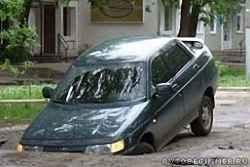 Как вести себя, если ваша машина провалилась в яму или люк